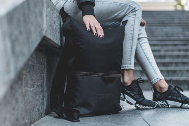 荷物を保護する転倒しにくい自立バックパック