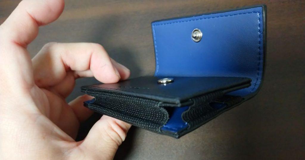 ゲーネンの財布はサイドにゴム素材を使っていて伸縮性がいい